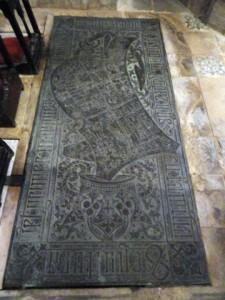 Làpida d'accés a la cripta dels marquesos de Comillas