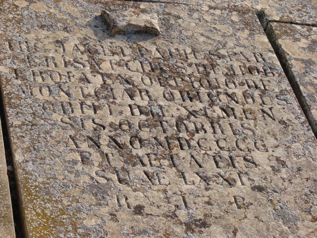 Inscripció de la tomba del mossèn Pau Parcerisa